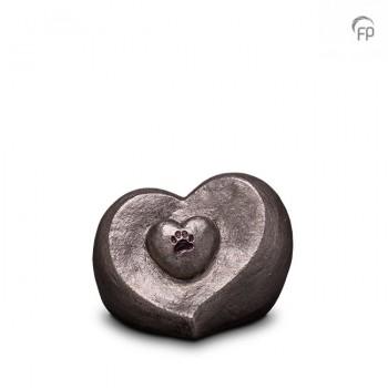 UGKS 201  Keramische dieren art urn met zilveren afwerking.  Elke Geert Kunen urn is uniek en wordt op bestelling gemaakt. Daarom zit er op deze producten een levertijd van 3 à 4 weken.  UGKS 201 € 179,00 / 1.00 L / H 13 CM