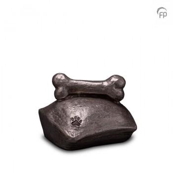 UGKS 202  Keramische dieren art urn met zilveren afwerking.  Elke Geert Kunen urn is uniek en wordt op bestelling gemaakt. Daarom zit er op deze producten een levertijd van 3 à 4 weken.  UGKS 202 € 179,00 / 1.00 L / H 12 CM