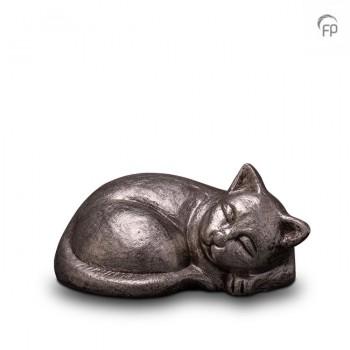 UGKS 210  Keramische dieren art urn met zilveren afwerking.  Elke Geert Kunen urn is uniek en wordt op bestelling gemaakt. Daarom zit er op deze producten een levertijd van 3 à 4 weken.  UGKS 210 € 179,00 / 0.50 L / H 11 CM