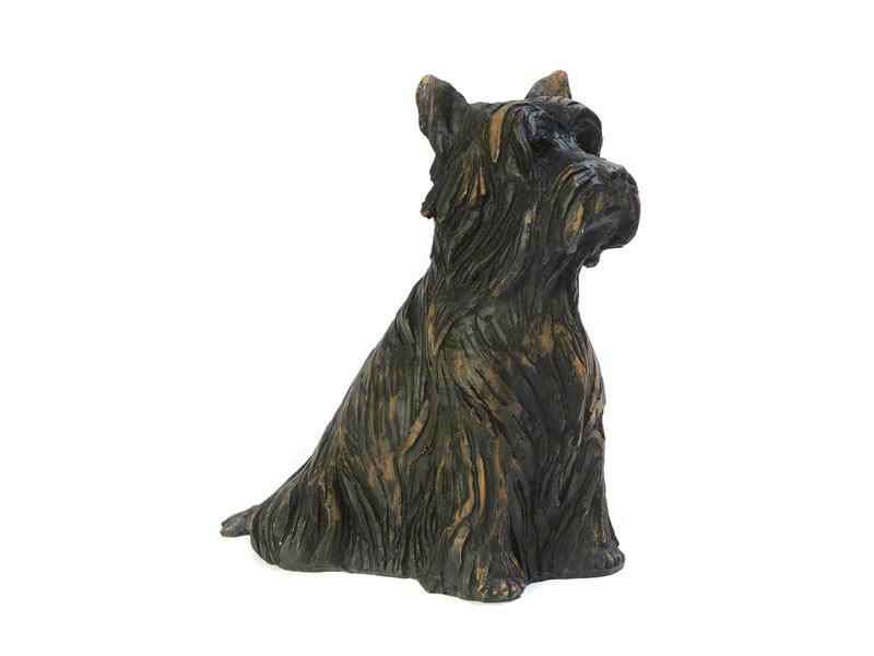 CASDO-YORK-BRZ  Deze mooie Yorkshire Terrier urn geeft u een hele mooie herinnering aan uw geliefde huisdier.  Dit exclusieve door Petributes vervaardigde beeld word in hars gegoten en met de hand afgemaakt met een antiek bronzen finish.  De urn bevat een memory capsule waarin u een aandenken kunt bewaren zoals een naamplaatje of foto.  CASDO-YORK-BRZ € 132,00 / 1650 CC