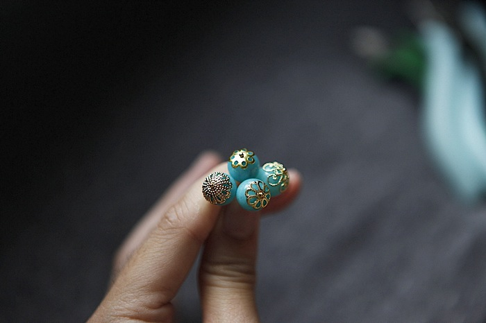 These caps all fit on the same bead.