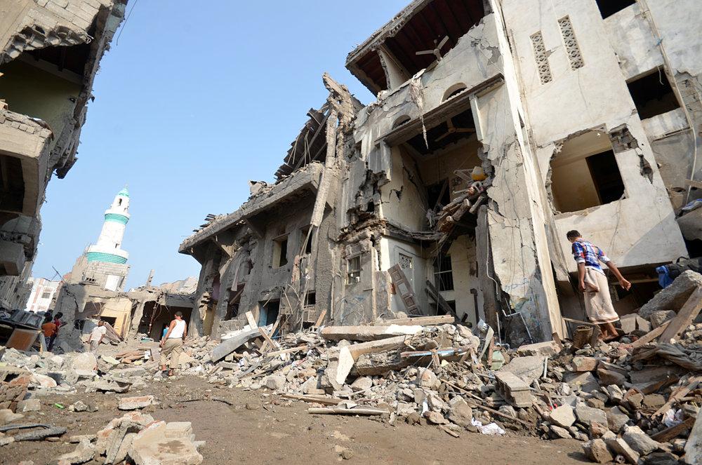 سماء الإرهاب في اليمن - مع دخول اليمن عامها الرابع من الحرب، شاهد كيف أثرت الغارات الجوية التي قادها التحالف السعودي على حياة ثلاثة يمنيين يعيشون في حالة خوف دائم من السماء