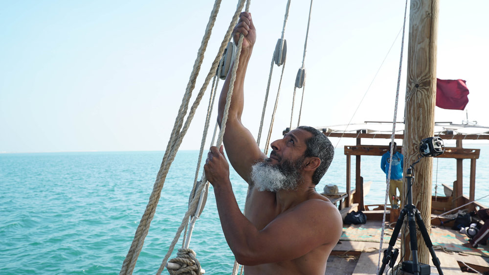 لآلئ الماضي - قبل وصول قطر إلى الثروة بعد اكتشاف النفط، اعتمد البلد الصغير على البحر. نرافق جيلين مختلفين خلال غوصهما في عمق صناعة صيد اللؤلؤ القديمة في قطريختلفان في الحاضر لكن يجمعهما الماضي العريق
