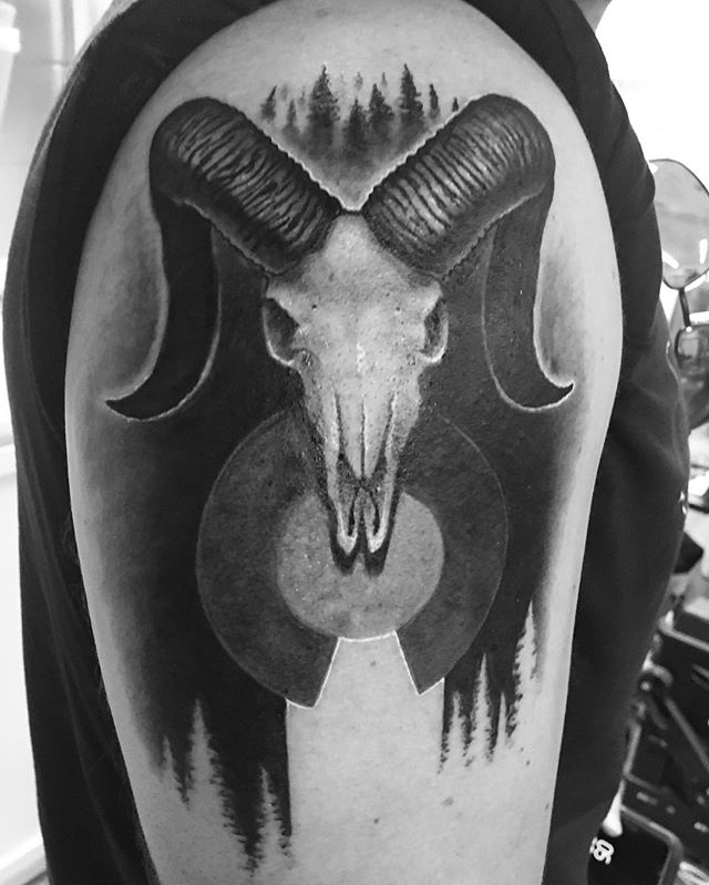 One of two identical tattoos done by @lunettatattoo. It's twin tattooed by @jmurphytattoos 🔥😎🔥 #coloradotattooartist #colorfulcolorado #ramskull #blackandgrey #siblingtattoo #gofruita #coloradoflag