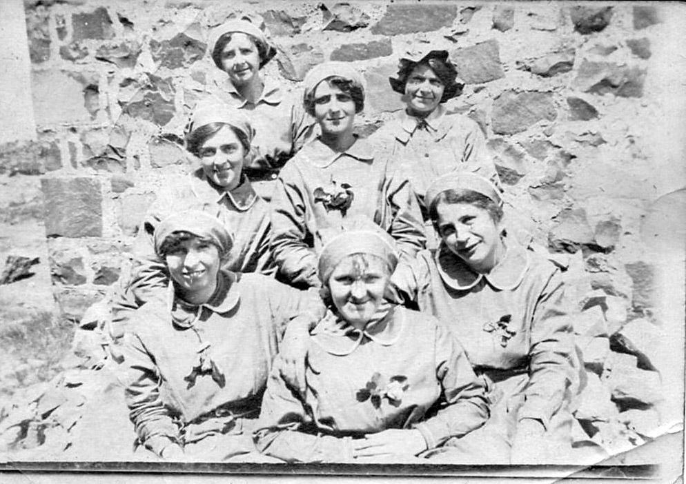 Chwarel Pen - Merched Penmaenmawr yn gweithio yn y Chwarel yn gwneud 'shells' yn ystod Rhyfel Byd 1afLocal women making shells in Penmaenmawr Quarry during WW1.gan yr hanesydd lleol/ local historian Dennis RobertsAdded by: Jwls Williams.