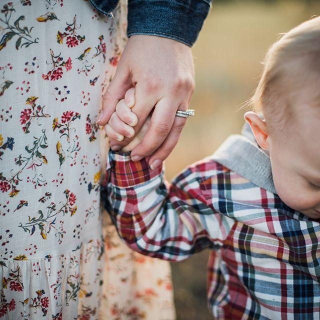 Grip Strength #holdingmamashand #babyfingers #familyoutfits😍 . . . #coloradofamilyphotography  #familyphotography  #familyphotographer #denverphotography  #boulderphotography #denverfamilyphotography #boulderfamilyphotography #alisoncogswellphotography #playsmileconnect