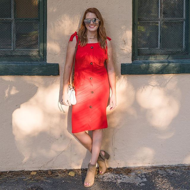 Dear Saturday, I love you ❤️ This adorable button front dress from @velvetwolfboutique is the perfect go to dress when the weather gets warm right before it snows. 😬  The tie shoulder straps are a perfect added detail if you're short or need some extra length bc everyone is taller than I am.  #magnoliapalmstyle #velvetwolfboutique #denverstyle #styleblogger #ootd #denverfashionblogger #denverfashion #collab