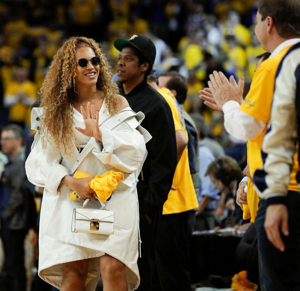CELEBRITY DRESSING - Beyonce wearing Ray Ban