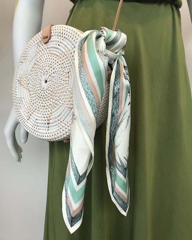 Summer accessories at the ready! ☀️ The Palmeraie silk scarf looks 👌🏽 knotted around any straw bag- and loving it with that stunning green @leaveherwilder_bridesmaids colour way!