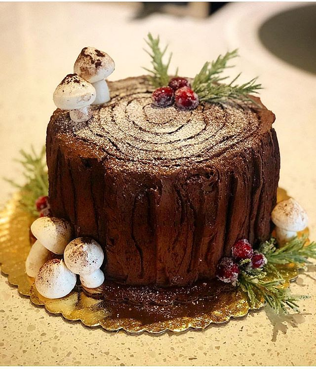 Tis the season for our famous holiday stump cake ❤️💚❤️💚🎄 bittersweet chocolate frosting and meringue mushrooms - a little mistletoe for merry measure and a #havethemoon holiday. Available in 6 and 9in sizes, our holiday menu is out and it's time to #bake!! 9in classic and fruit pies for preorders - email us at info@havethemoon.com #falalalala #local #dessert #iheartsonomavalley #treestumpcake #winecountry #webakesonomahappy #experiencesonomavalley #mistletoe #sonomamagazine #holidaycakes #christmas #christmascake