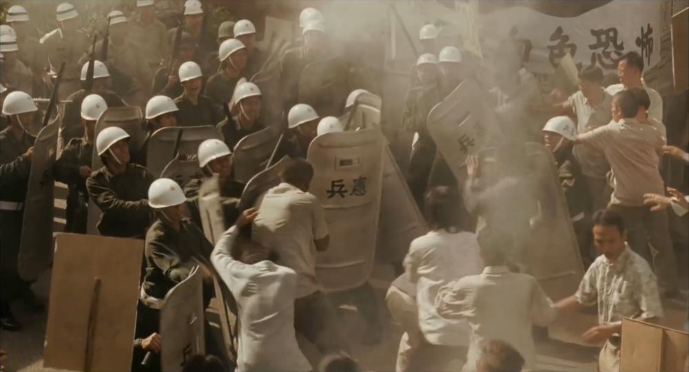 過去國民黨一黨專政時,經常透過軍、警、特打壓並箝制台灣獨立的言論主張。圖片來源:《被出賣的台灣》