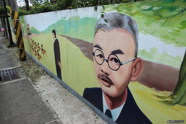 「校長夢工廠」的圍牆彩繪張七郎校長的畫像,館內的展示資料也有他的人物照,以紀念改變鳳林學生命運的首任校長。圖片來源:用力騎/Mobile01