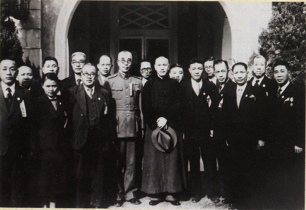 蔣介石(中立手持帽者)與張七郎(後排左3)等台籍制憲國代。圖片提供:李筱峰