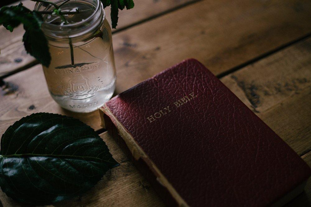 《聖經》沒有出版刊號,因此在中國各書店都無法買到,只能從網路購買。圖片來源:Priscilla Du Preez/Unsplash