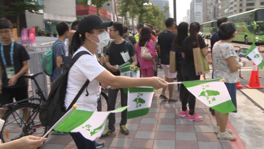 2017台北世大運期間,許多民眾拿著「台灣旗」欲進場為台灣選手加油。圖片提供:民視新聞