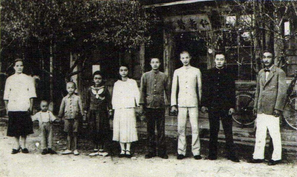 張七郎的全家福,攝於1937年鳳林仁壽醫院前,右起為張七郎、張宗仁(長子)、張依仁(二子)、張果仁(三子)、張秀惠、張性惠、張秉仁、張存仁、詹金枝(妻)。圖片提供:李筱峰
