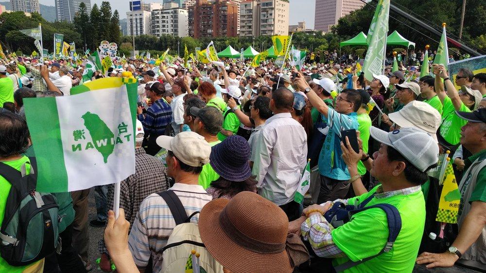 綠營基層今(22日)走上街頭抗議台北市長柯文哲悖離台灣價值。攝:薛雲峰/讀報