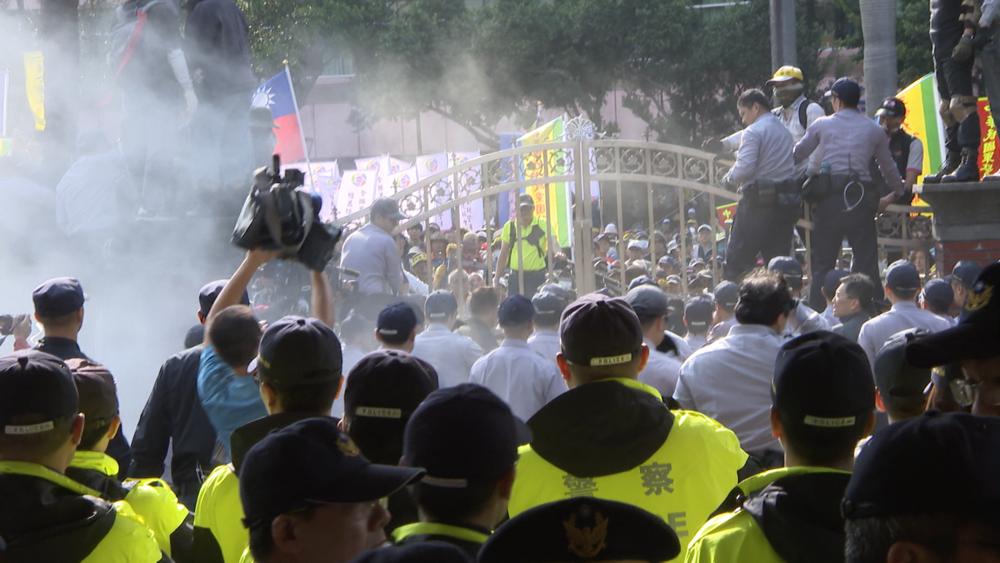反年改團體帶著汽油、長梯、鐵鍊、油壓剪等違禁品發動佔領立法院行動。圖片提供:民視新聞