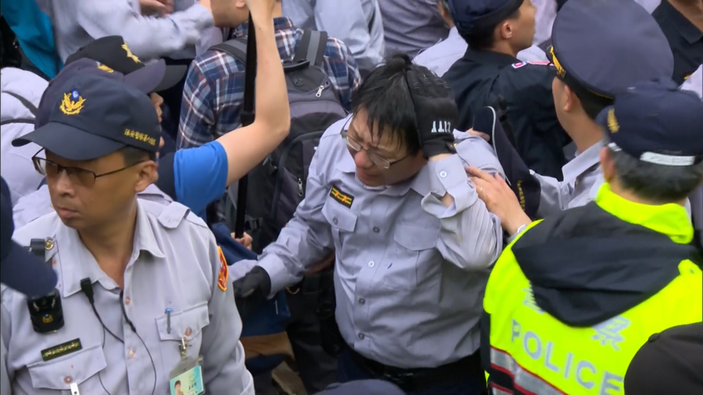 多名警察遭反年改團體暴力攻擊。圖片提供:民視新聞