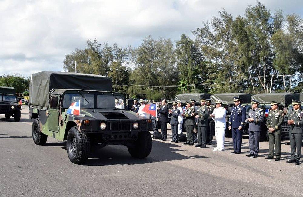 蔡政府援贈50輛悍馬車予多國1個月,多國宣布與中華民國斷交。圖片來源:MinisterioDefensaRD/Twitter