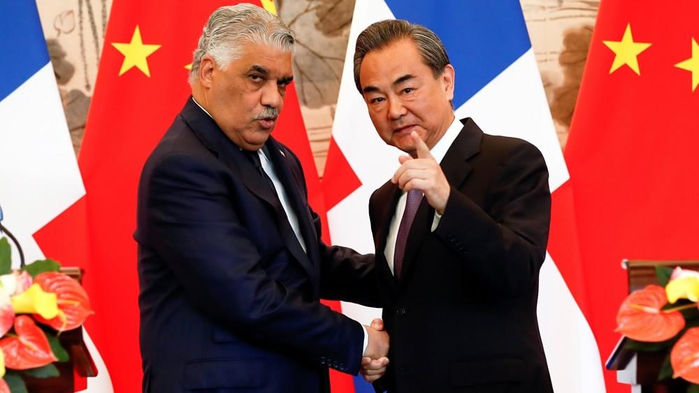 多明尼加外交部長與中國外交部長簽署聯合公報並合影。圖片提供:中國環球電視網