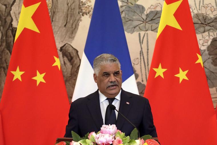 多明尼加外交部長與中國簽署聯合公報,與中國正式建交。攝:Andy Wong/Associated Press