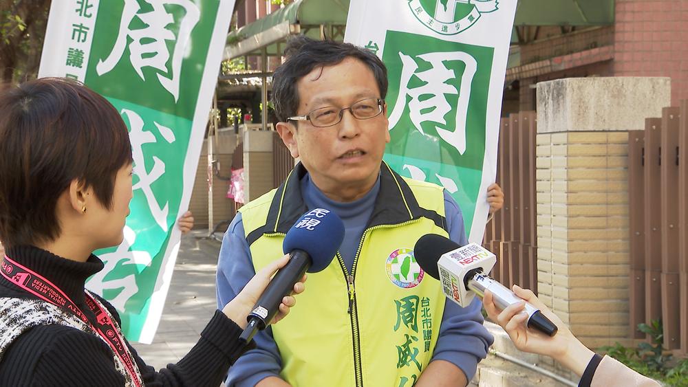 台大校友、民進黨台北市議員周威佑嗆「挺管師生」應拿黃絲帶吊死在傅鐘下。圖片提供:民視新聞