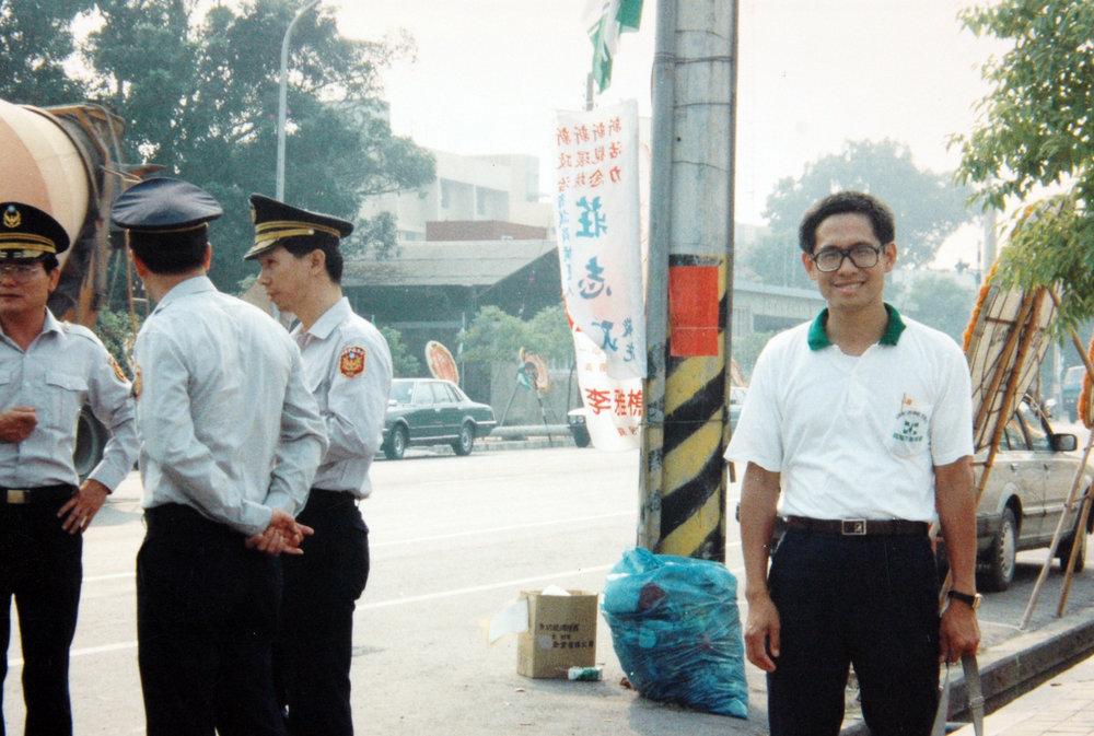郭倍宏秘密潛回台灣,與緝捕他的警察合影留念。圖片提供:白鷺鷥文教基金會