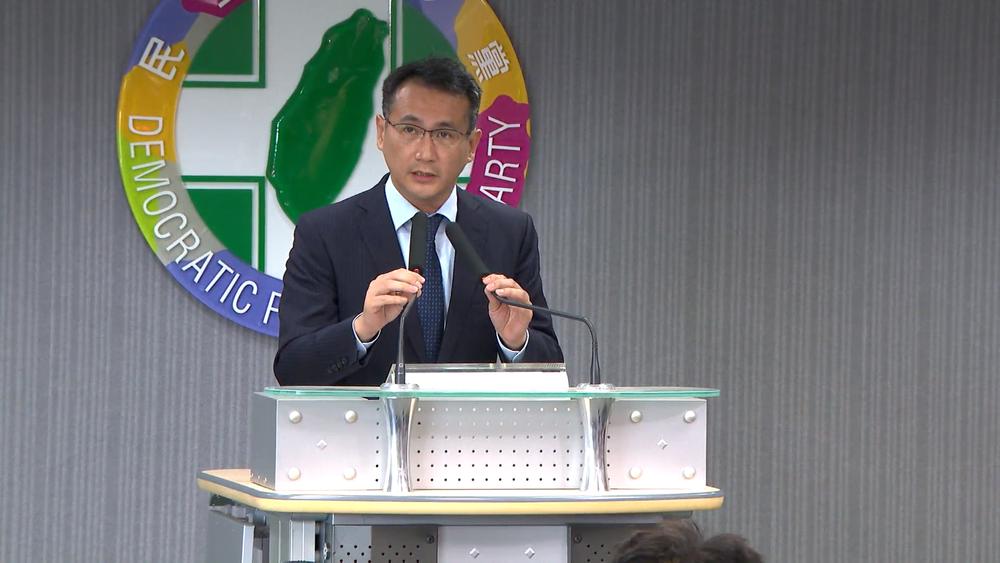 民進黨發言人鄭運鵬記者會上宣布,選對會決議台北市長候選人將不再禮讓,要徵召人選。圖片提供:民視新聞