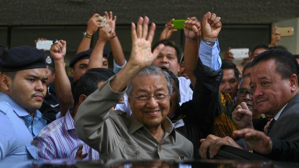 高齡92歲的馬國前總理馬哈地打敗現任總理納吉布,推翻「國民陣線」一甲子的獨大執政。圖片來源:中國環球電視網