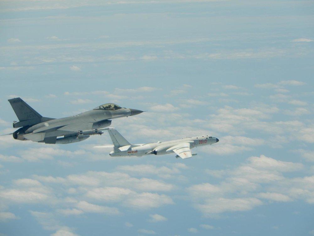 國軍飛在中國解放軍機後全程監視。圖片來源:中華民國國防部