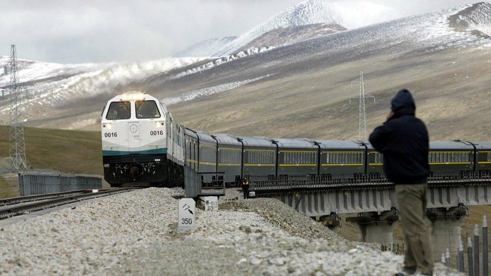 中國興建青藏鐵路,讓漢人更容易進入西藏,亦便於解放軍進駐。圖片來源:視覺中國