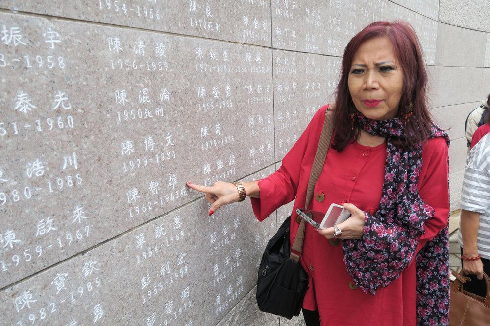 2017年5月,陳智雄之女陳雅芳首度踏上綠島,親自見證父親的名字刻在人權紀念碑上。 攝影:邱萬興/民報
