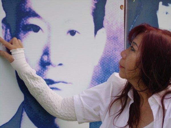 2013年Vonny第一次參訪聖山,凝視照片中的父親,自認與父親有相似的臉孔。圖片提供:台灣大地文教基金會