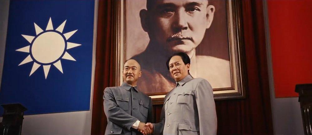 中國國民黨總裁蔣介石與中國共產黨主席毛澤東握手畫面。圖片來源:《建國大業》