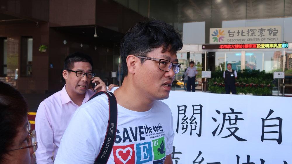 兩名台北市議員參選人游藝、王奕凱到北市府前,抗議動保處打算解編關渡紅樹林75%保護區。攝:周子愉/讀報