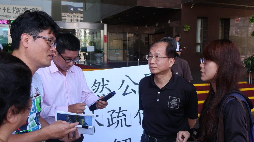台北市動保處副處長接受民眾陳情。攝:周子愉/讀報