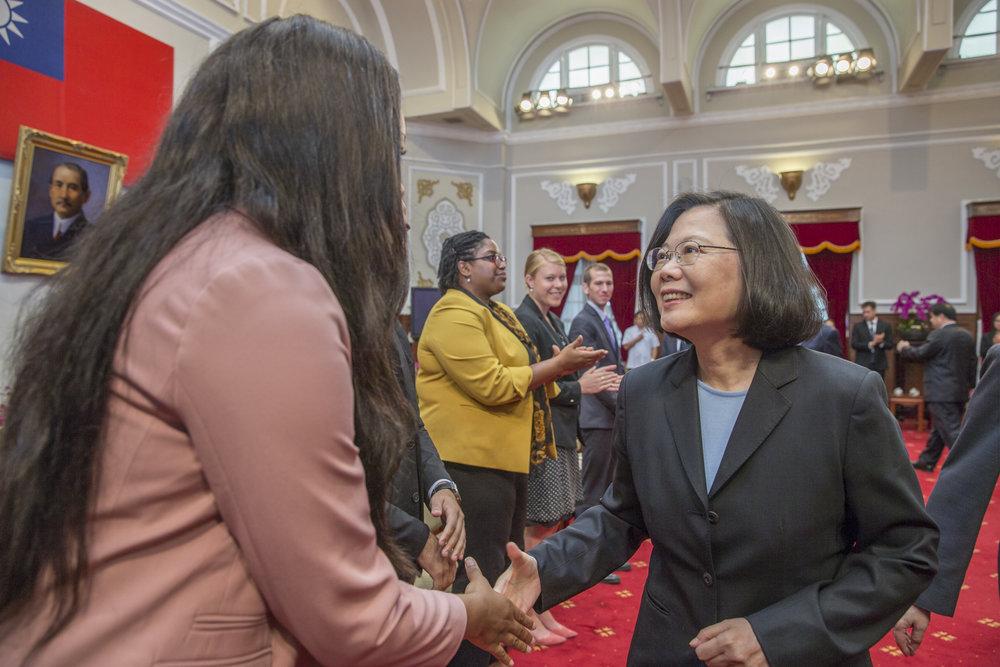 總統蔡英文接見來自美國與加拿大的學生。圖片來源:中華民國總統府/Flickr