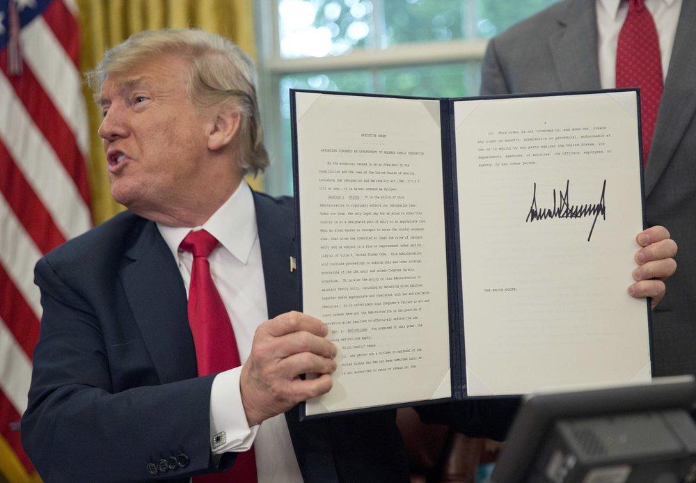 美國總統川普簽署行政命令,讓非法移民家庭不必拆散。攝:Pablo Martinez Monsivais/Associated Press