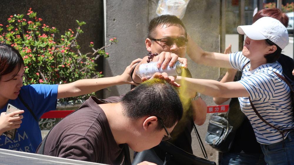 慈湖潑漆青年羅宜遭統派人士噴灑不明液體。攝:周子愉/讀報