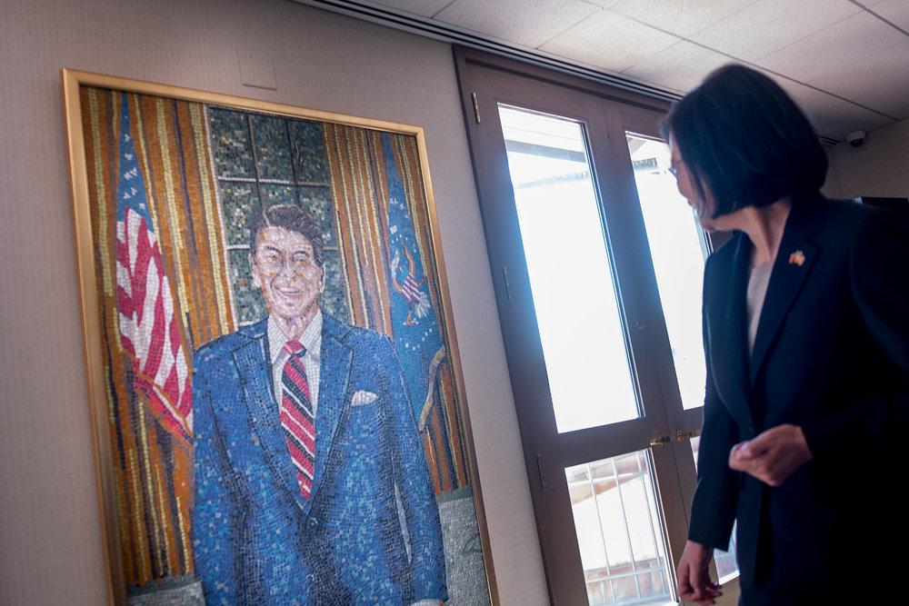 蔡英文總統凝視雷根畫像。圖片來源:中華民國總統府/Flickr