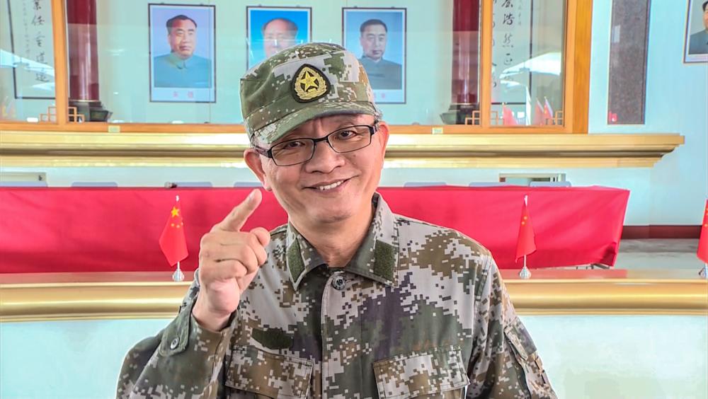 建商魏明仁經常身穿中國解放軍軍服現身。圖片提供:民視新聞