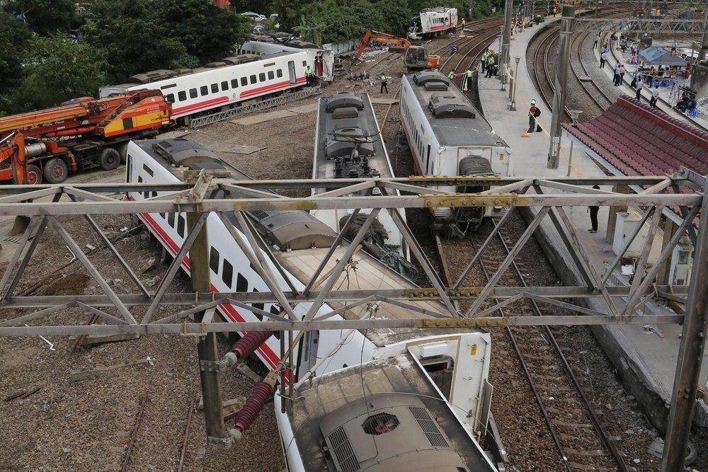 台鐵6432次普悠瑪列車昨(21日)傍晚出軌翻覆,釀史上最嚴重災難。圖片來源:Reuters