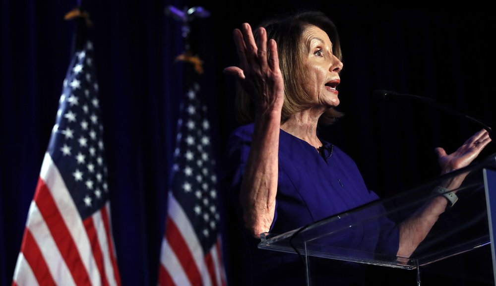 眾議院少數黨領袖南希·裴洛西(Nancy Pelosi)開心宣布,民主黨拿下眾議院過半席次。圖片來源:中國環球電視網
