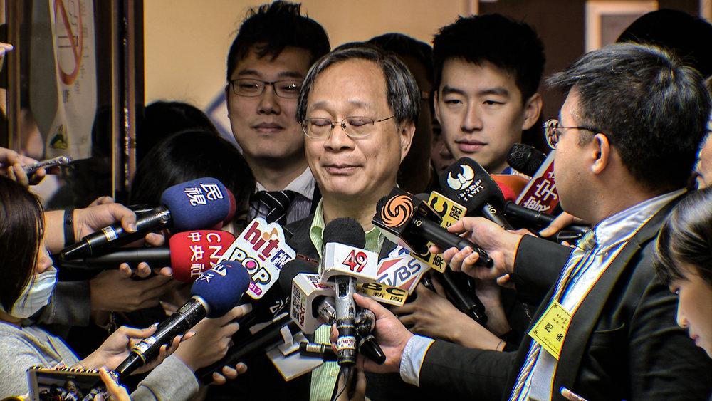 柯文哲競選總幹事小野在鏡頭前落淚。圖片提供:民視新聞