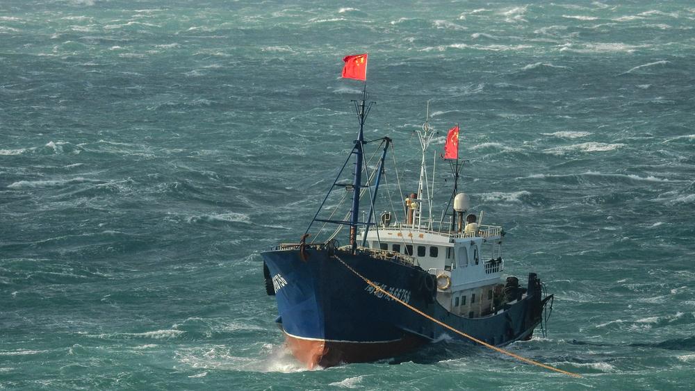 中國漁船違法進入台灣海域捕魚。攝:蕭再泉/Facebook