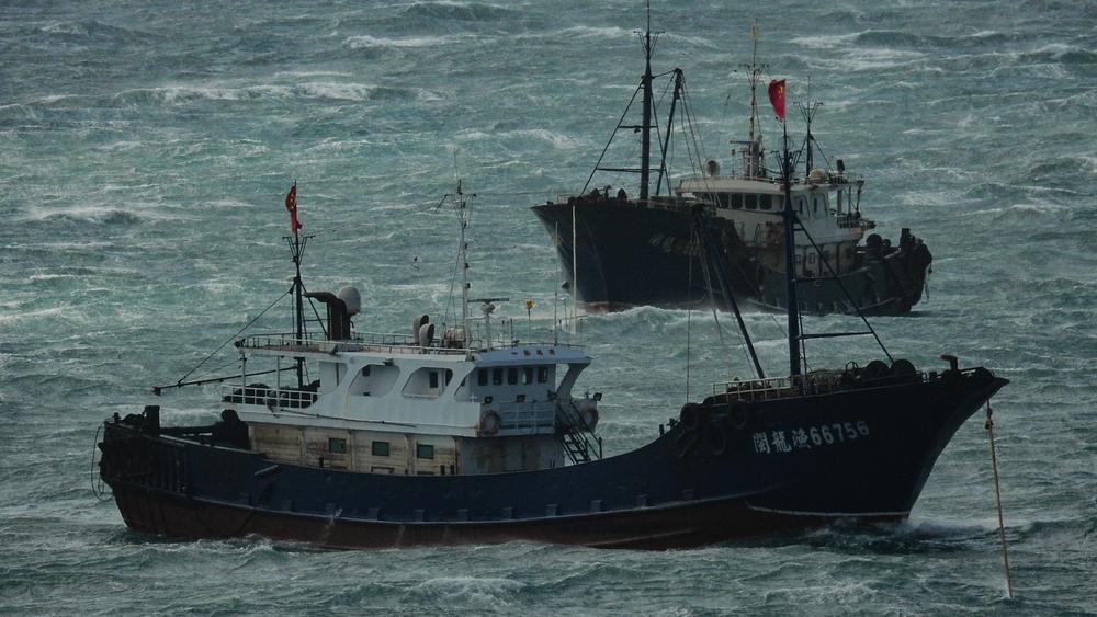 潛入台灣海域捕魚的中國漁船,囂張懸掛五星旗。攝:蕭再泉/Facebook