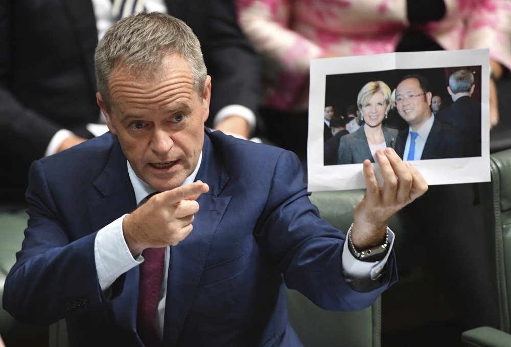 澳洲政界領袖展示黃向墨與澳洲外長的合影。攝:Mick Tsikas/Australian Associated Press