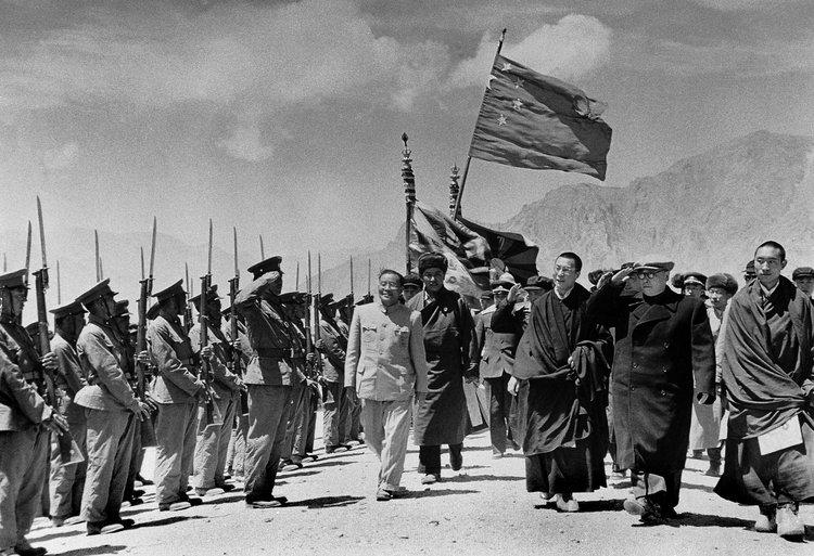 西藏代表團在1951年5月23日北京與中國中央人民政府簽訂《和平解放西藏辦法的協議》,中共對外宣稱「西藏和平解放」。圖片來源:Keystone-France/Gamma-Keystone/Getty Images