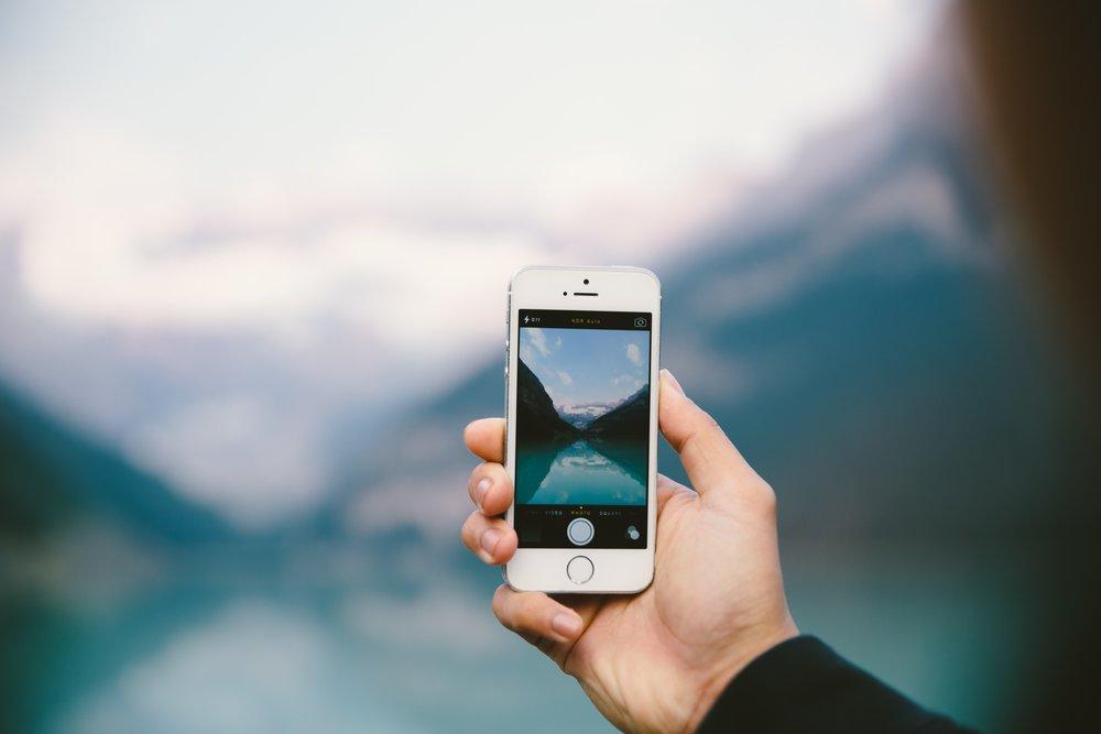 網路與手機已成為現代人生活不可或缺的一部分。攝:Daniel Roe/Unsplash